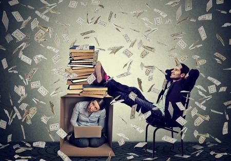salarios: El éxito de hombre educado jefe ganar dinero se relaja bajo la lluvia dinero en efectivo en su oficina con la secretaria empleada trabaja en el ordenador en el interior de la caja