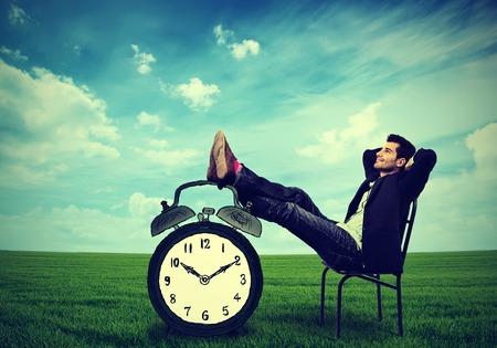 젊은 비즈니스 남자 회사 임원 편안한 야외에서의 자에 앉아 편안 하 게