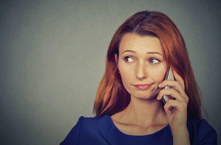 Geërgerd boos vrouw praten over de mobiele telefoon