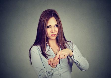 Giovane donna arrabbiata che chiede più soldi, restituisce il debito