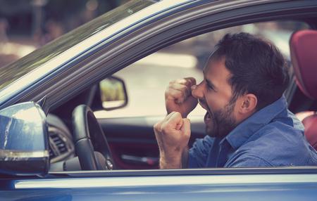 Side profiel boze chauffeur met vuisten omhoog schreeuwen. Negatieve menselijke emoties worden geconfronteerd met expressie