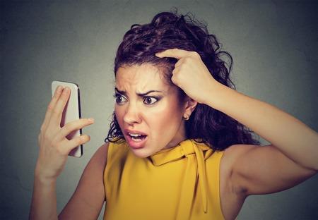 Closeup unglückliche verärgerte Frau überrascht sie ist, Haare zu verlieren hat rückläufige Haaransatz. Menschliches Gesichtsausdruck Emotion. Schönheit Frisur Konzept Standard-Bild