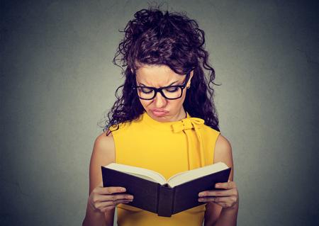Femme mécontente Réfléchi lecture d'un livre Banque d'images - 74490995