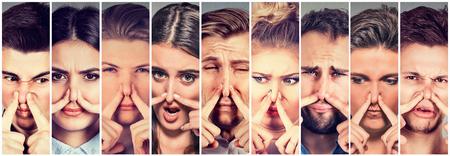 손가락으로 코를 곤란 젊은 사람들이 남성과 여성의 그룹이 혐오 뭔가 보면 나쁜 냄새를 냄새. 인간의 얼굴 표정 반응