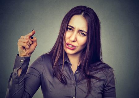 Mujer enojada apuntando con su dedo acusando a alguien