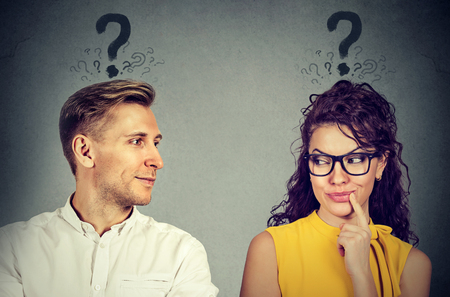 L'homme et la femme avec un point d'interrogation se regardent avec intérêt Banque d'images - 83061198
