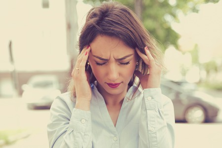 세로 슬픈 젊은 여자가 야외에서 서 강조했다. 도시 생활 스타일 스트레스