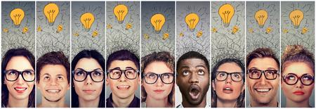 젊은 사람들의 그룹 남성과 여성의 머리 위에 많은 아이디어 전구.
