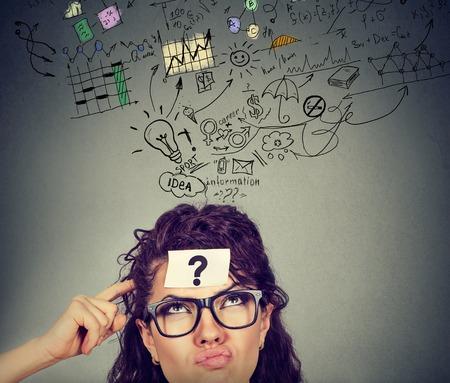 思考は当惑疑問符計画を持つ女性です。問題を解決するまで頭を悩ま思いやりのある女の子