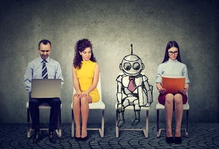 robot de bande dessinée assis dans la ligne avec des candidats pour un entretien d & # 39 ; emploi