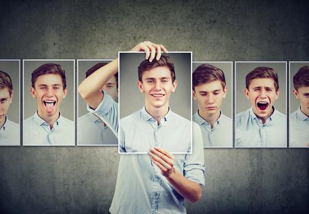 Verdeckter Mannjugendlicher, der verschiedene Gefühle ausdrückt Standard-Bild