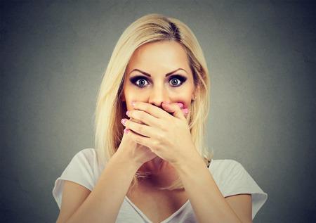 학대와 가정 폭력에 대해 두려워하는 손으로 입을 가리고있는 여성 스톡 콘텐츠