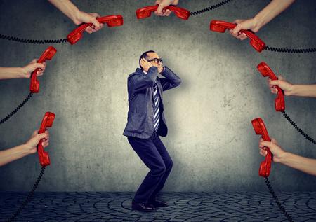 Benadrukt overbelast door te veel telefoontjes zakenman van middelbare leeftijd