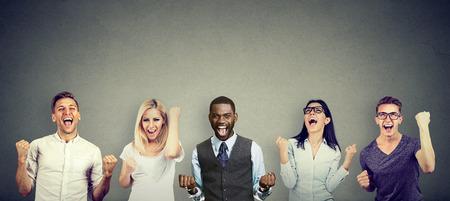 Succesvolle mensen mannen en vrouwen vieren een overwinning Stockfoto - 91608253