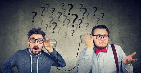 Dwóch śmiesznie wyglądających mężczyzn mających kłopoty z komunikacją Zdjęcie Seryjne