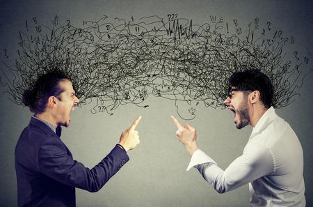 Les jeunes hommes en colère criant à l & # 39 ; autre avec des pensées négatives Banque d'images - 98035922