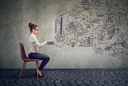 Jeune femme d'affaires travaillant dans un bureau de brainstorming business plan Banque d'images