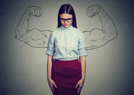 Junge stilvolle Frau, die nach unten schaut und Probleme mit Selbstwertgefühl und Unglauben an Selbststärke hat
