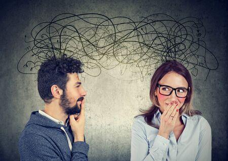 angstige verlegen vrouw die naar een knappe man kijkt die met veel gedachten met elkaar wisselt Stockfoto