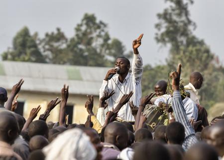 Mbale, Oeganda - 14 februari 2011: De jonge activist sprak op een manifestatie, in het bezit van FDC Forum for Democratic Change lopen voor de Oegandese parlamentary verkiezingen