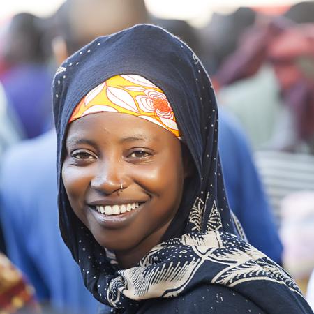 arte africano: Nampula, Mozambique - 11 de octubre 2014: La chica joven Macua y primer votante tiempo de asistir a un mitin Frelimo para las elecciones presidenciales y Parlamentarios.