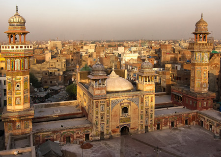 Rooftop view from Wazir Khan Mosque, Lahore Pakistan. A masterpiece of the moghul architecture and historic landmark in Lahore Imagens - 44250359