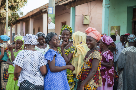 Gabu, Guinea Bissau - 28 de marzo de 2014: las mujeres africanas que recolectan para una cerimonia de boda