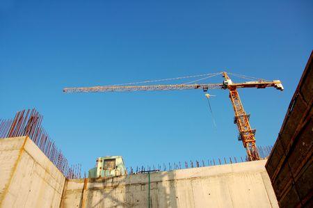 bouwplaats meer dan blauwe hemel achtergrond