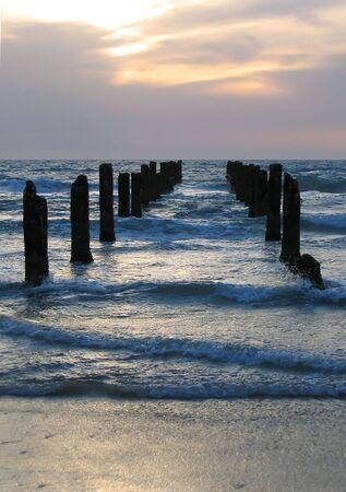 verwoeste pier in de zee