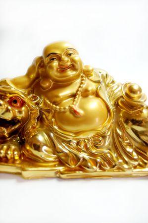 geïsoleerde gouden boeddha standbeeld