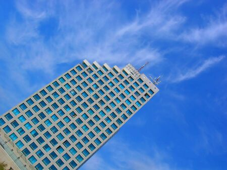 modern gebouw over blauwe hemel