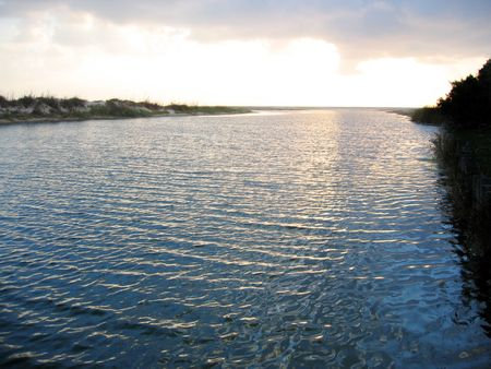 grote rivier bij zonsondergang