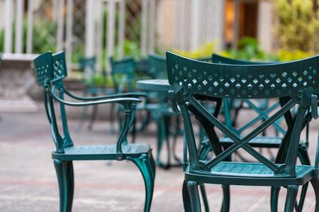 Green chair installed in the outdoor garden Imagens - 124936957