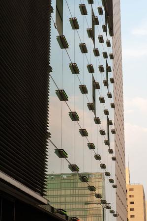 Skyscraper reflecting outside scenery Imagens - 124937393