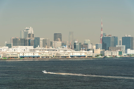 Ships sailing with the streets of Tokyo 報道画像