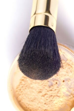 isoliert: powder brush in golden case with loose powder