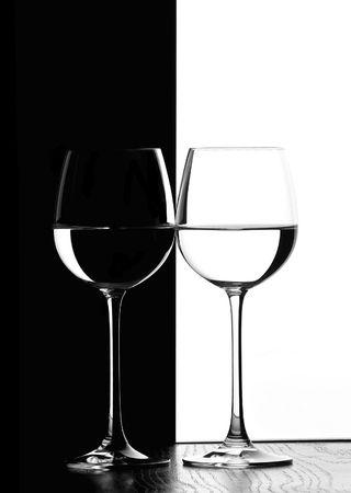 Dos vasos de vino de la luz de fondo en blanco y negro contraste de fondo