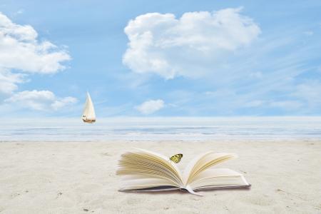Plage, mer, nuages, et un voilier à l'horizon Banque d'images - 17159086