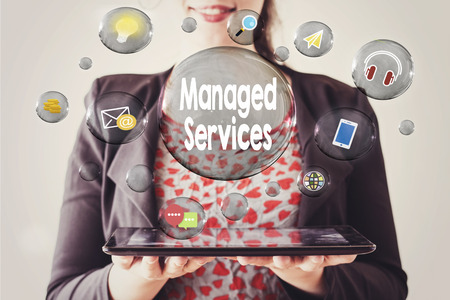 femme avec beau sourire tenant une tablette et le concept de services gérés dans une bulle transparente