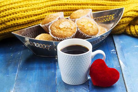 drinking arabic coffee and muffins decorated with cotton heart Stockfoto