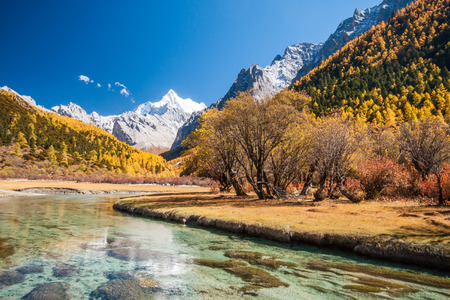 Landscape of autumn with mt. Chanadorje in Yading national level reserve, Daocheng, Sichuan Province, China. Zdjęcie Seryjne - 32269602