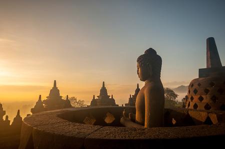 日の出、ジョグ ジャカルタ、インドネシア ・ ジャワ島のボロブドゥール寺院。(シルエット シーン)