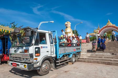 4 wheel: Kyaiktiyo, Myanmar-Marzo 23,2011: pueblo de Myanmar y turistas en el cami�n de 4 ruedas de Kyaikhtiyo pagoda al campo base Kinpun en Kyaikhtiyo de Estado Mon en la pagoda Myanmar.The es 1.100 kilometros sobre el nivel del mar. Es un camino cuesta arriba 11 kilometros para los excursionistas de K