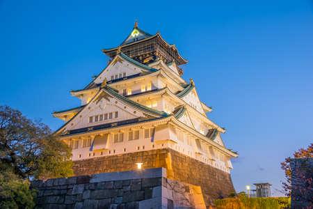 秋の紅葉と大阪の大阪城。日本。
