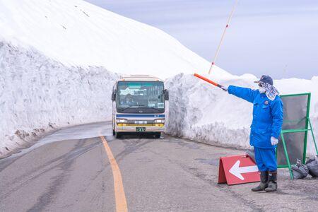 Tateyama, Japan - April 21, 2019 : Unidentified tourists visiting snow corridor on Tateyama Kurobe Alpine Route, Japanese Alp in Tateyama, Japan. Zdjęcie Seryjne - 135906798