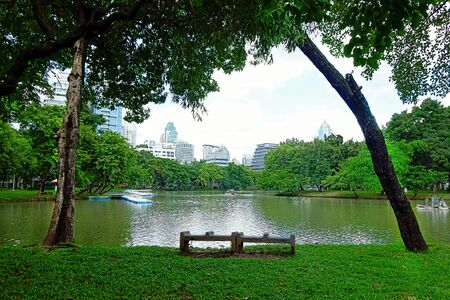 BANGKOK - july 3: Lake view of Lumpini Park in the Thai capitals city centre on july 3, 2014 in Bangkok, Thailand. Lumpini Park covers 142 acres with 2.5 km of pathways and a large boating lake. Publikacyjne