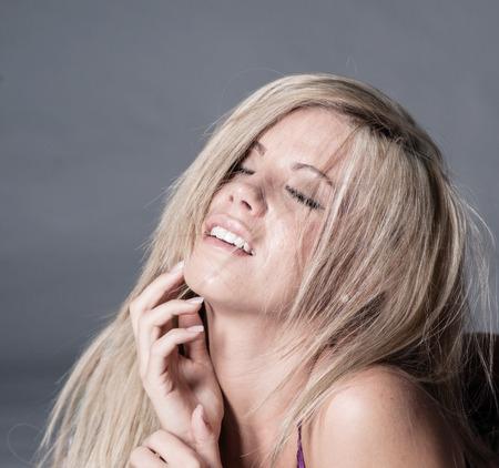 blonde Frau mit Blick der Ekstase auf Gesicht Standard-Bild