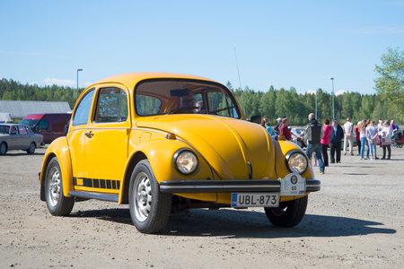 escarabajo: KERIMYKI, FINLANDIA - 06 de junio, 2015: Amarillo Volkswagen Escarabajo de 1600 en el desfile de coches antiguos en Kerimyki