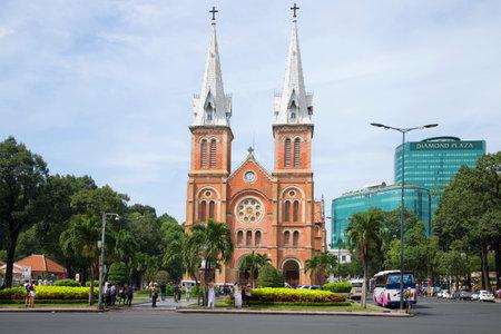 The landscape of Saigon: HỒ CHÍ MINH, VIỆT NAM - 19 Tháng 12 2015: Xem của Nhà thờ Notre Dame De Sài Gòn trong ngày đám mây