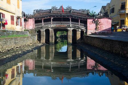 ponte giapponese: Hoi An, Vietnam - 4 GENNAIO 2016: Veduta del Ponte giapponese in una mattina di sole. L'attrazione principale della città di Hoi An Editoriali